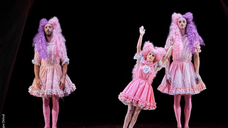 Trois coquettes en robe rose et perruques
